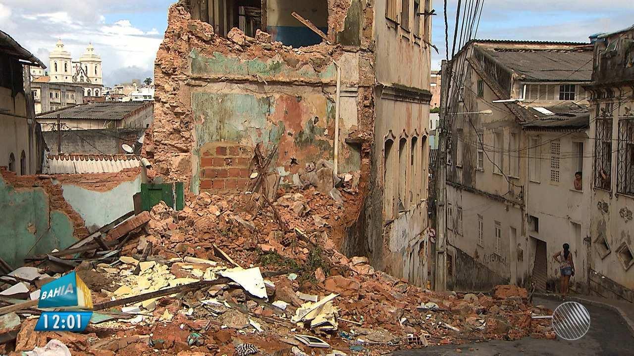 Casarão é demolido e obra afeta outros imóveis vizinhos, no bairro da Saúde