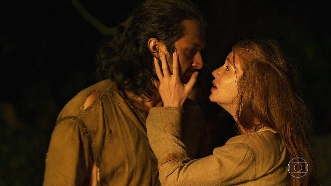 Afonso vê a fumaça na direção da casa e salva Amália e Levi