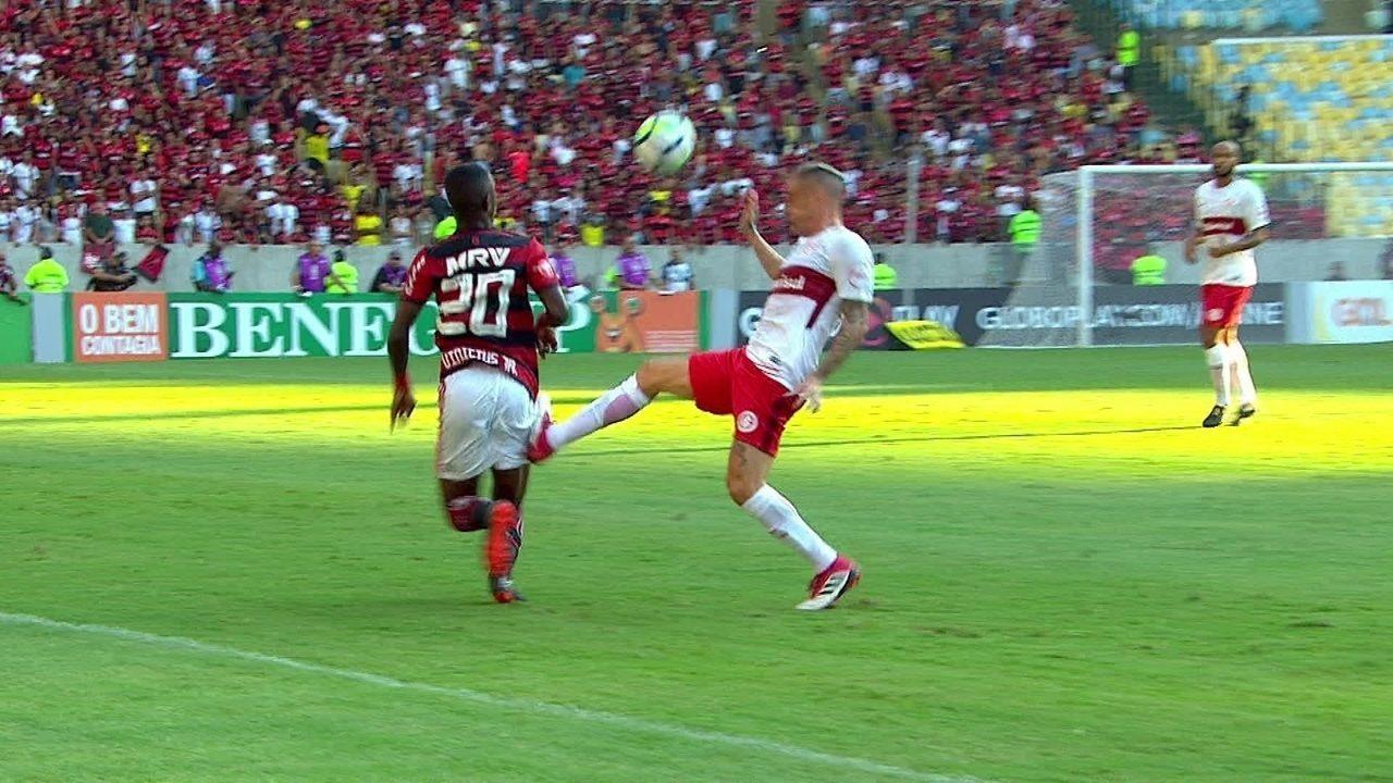 D'Alessandro leva chapéu de Vinicius Junior e atinge a perna do rival , aos 26' do 1º tempo