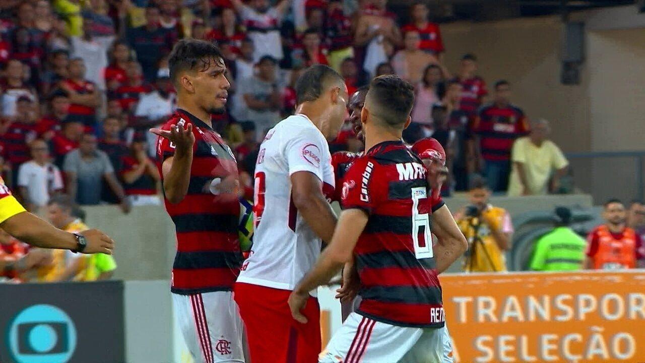 Pottker acerta cabeçada em Vinicius Junior e é expulso