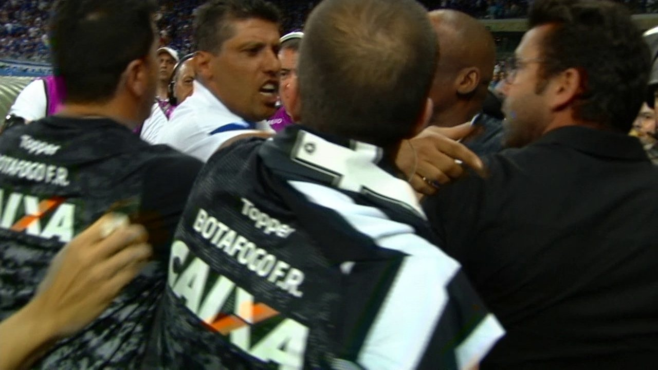 Alberto Valentim e Robertinho, preparador de goleiros do Cruzeiro discutem feio em campo