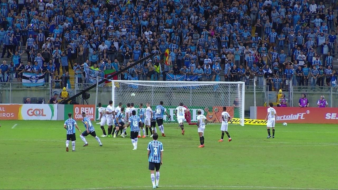 Gol do Grêmio! Maicon cobra falta com extrema categoria e marca, aos 9' do 2º tempo