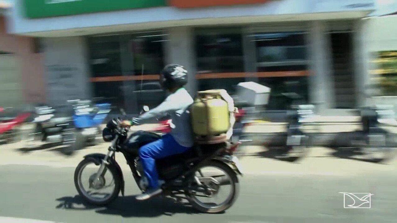 A prática é considerada um risco para quem transporta de maneira improvisada.