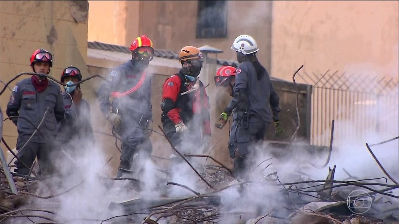 Bombeiros já retiraram uma tonelada de escombros do prédio que desabou