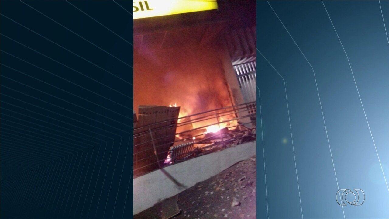 Assaltantes explodem três bancos e uma agência dos Correios em Ipameri
