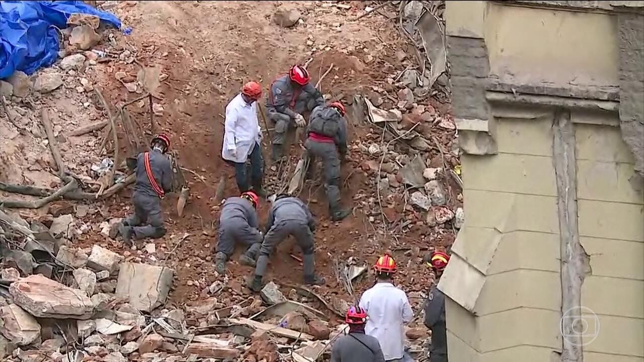 Bombeiros encontram fragmentos de ossos nos escombros do prédio que desabou