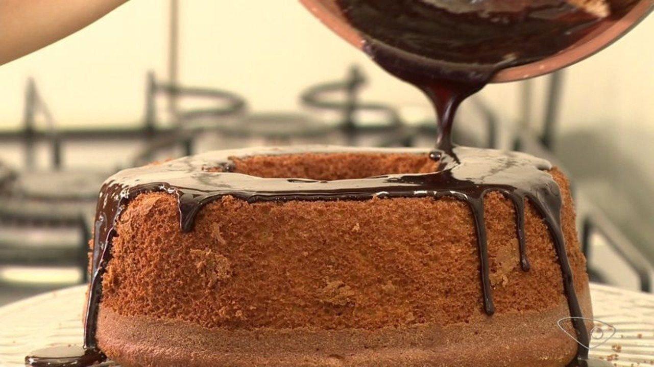 Rapando a panela: nutricionista do ES ensina receita de bolo de cenoura com chocolate