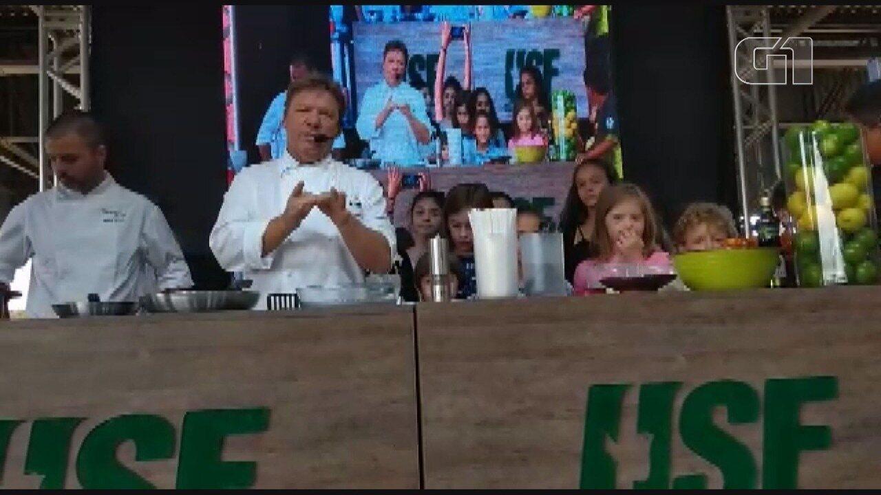 Claude dá breve explicação sobre pratos ensinados na aula de culinária, no Ceasa.