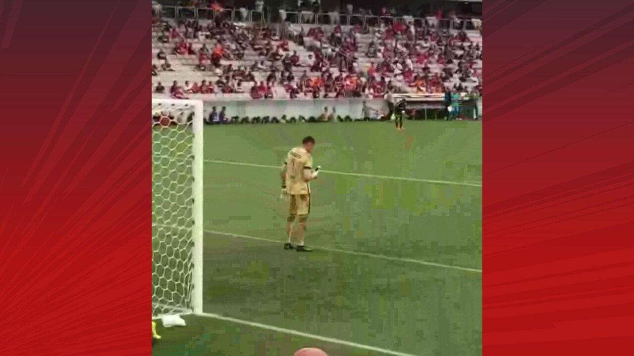 Goleiro Santos é flagrado usando celular em jogo do Atlético-PR x Atlético-MG