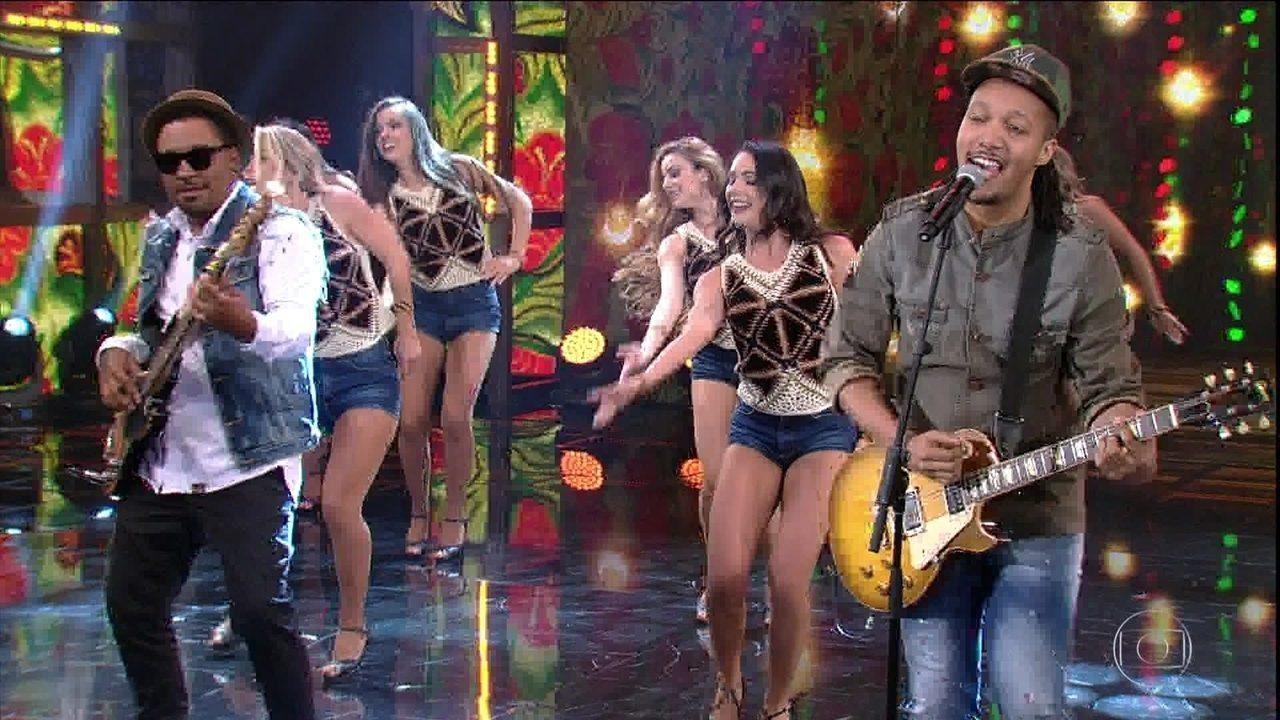 Edu Ribeiro canta 'Me Namora'
