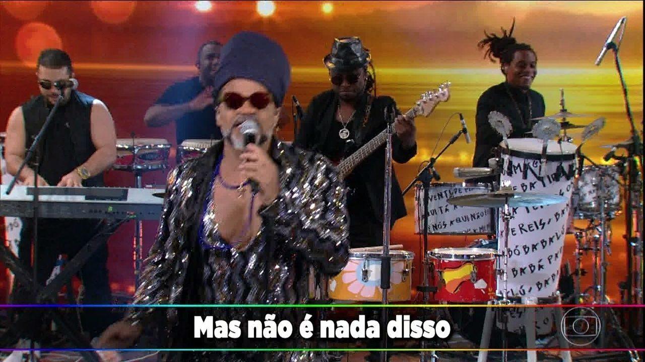 Carlinhos Brown canta 'A Namorada'