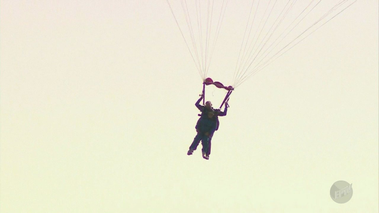 Idosa de 89 anos aproveita o Dia das Mães para realizar sonho de pular de paraquedas