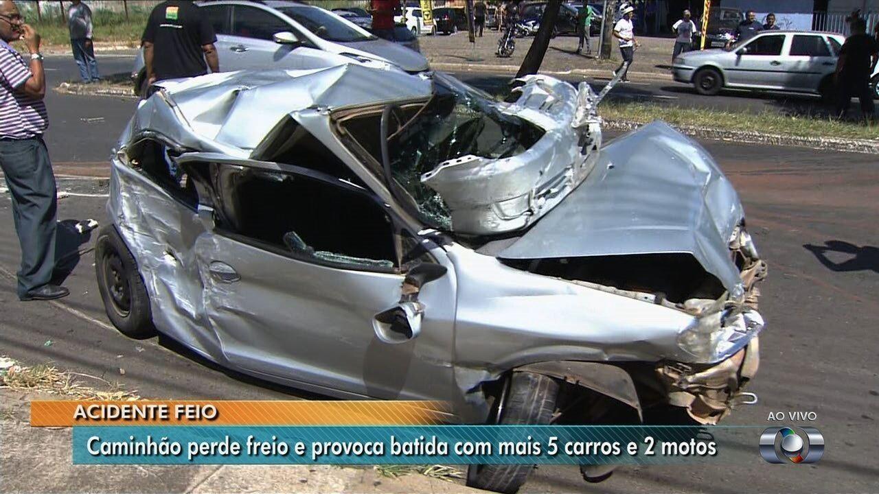 Carro fica destruído após ser atingido por caminhão, em Goiânia