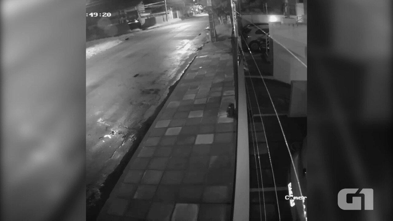 Vídeo mostra momento em que caminhão perde controle, invade muro e cai em piscina, na PB