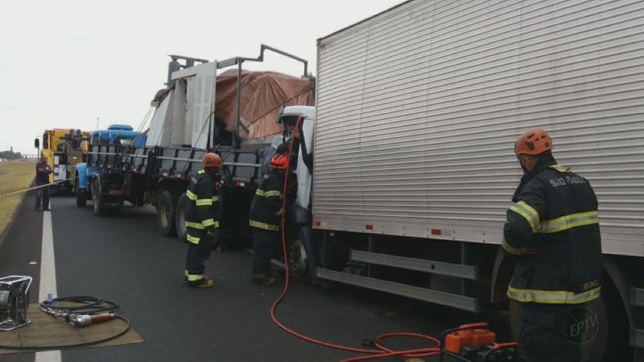 Passageiro de caminhão morre depois de acidente na Rodovia Washington Luís, em Itirapina