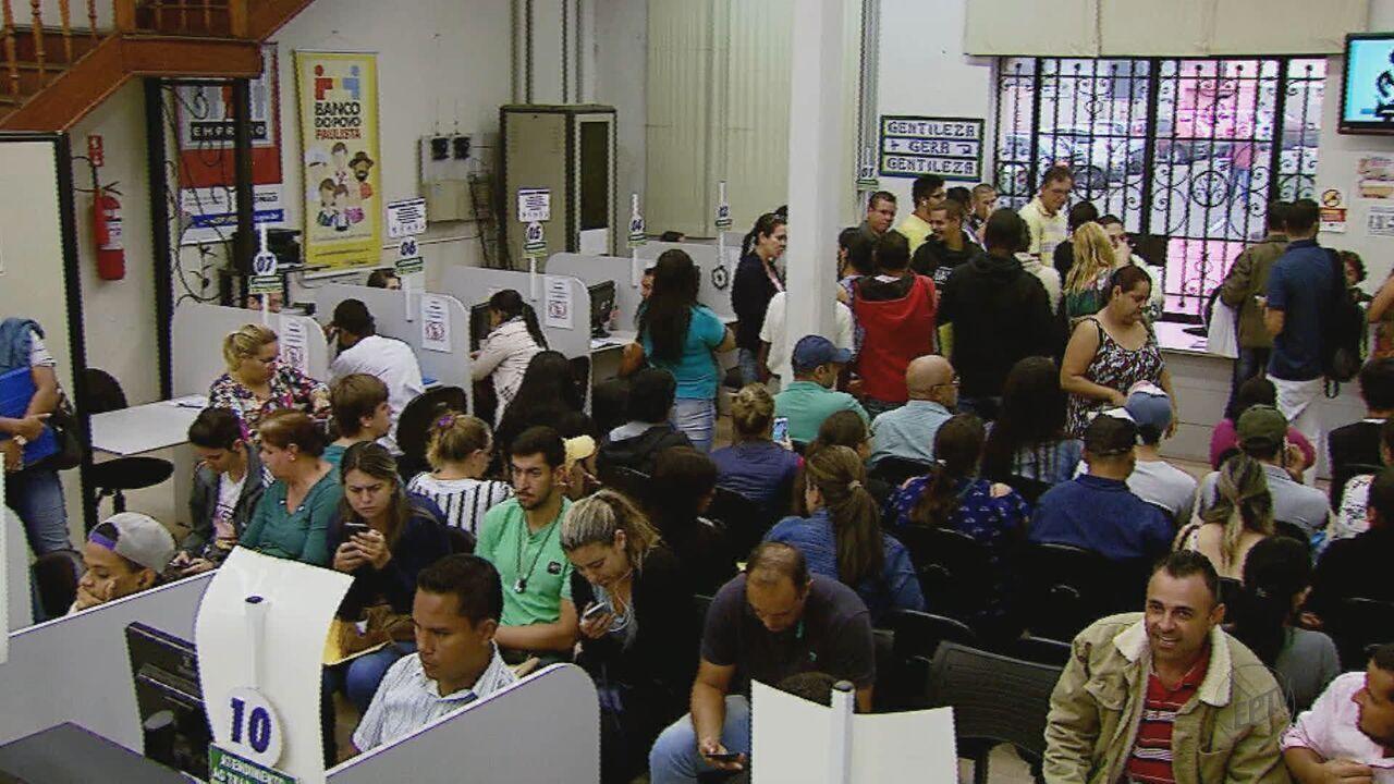 Supermercados abre vagas e desempregados lotam Casa do Trabalhador em São Carlos, SP