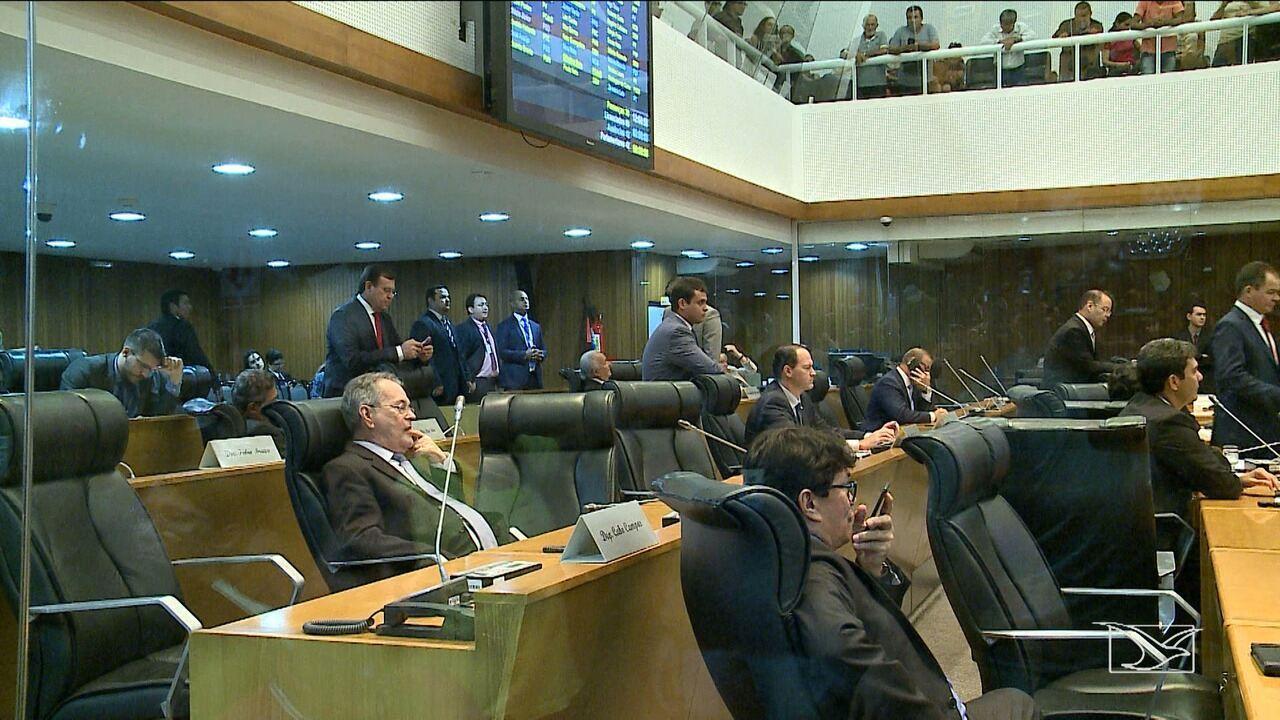 Sob protestos, Assembleia aprova medida de reajustes para categorias da educação