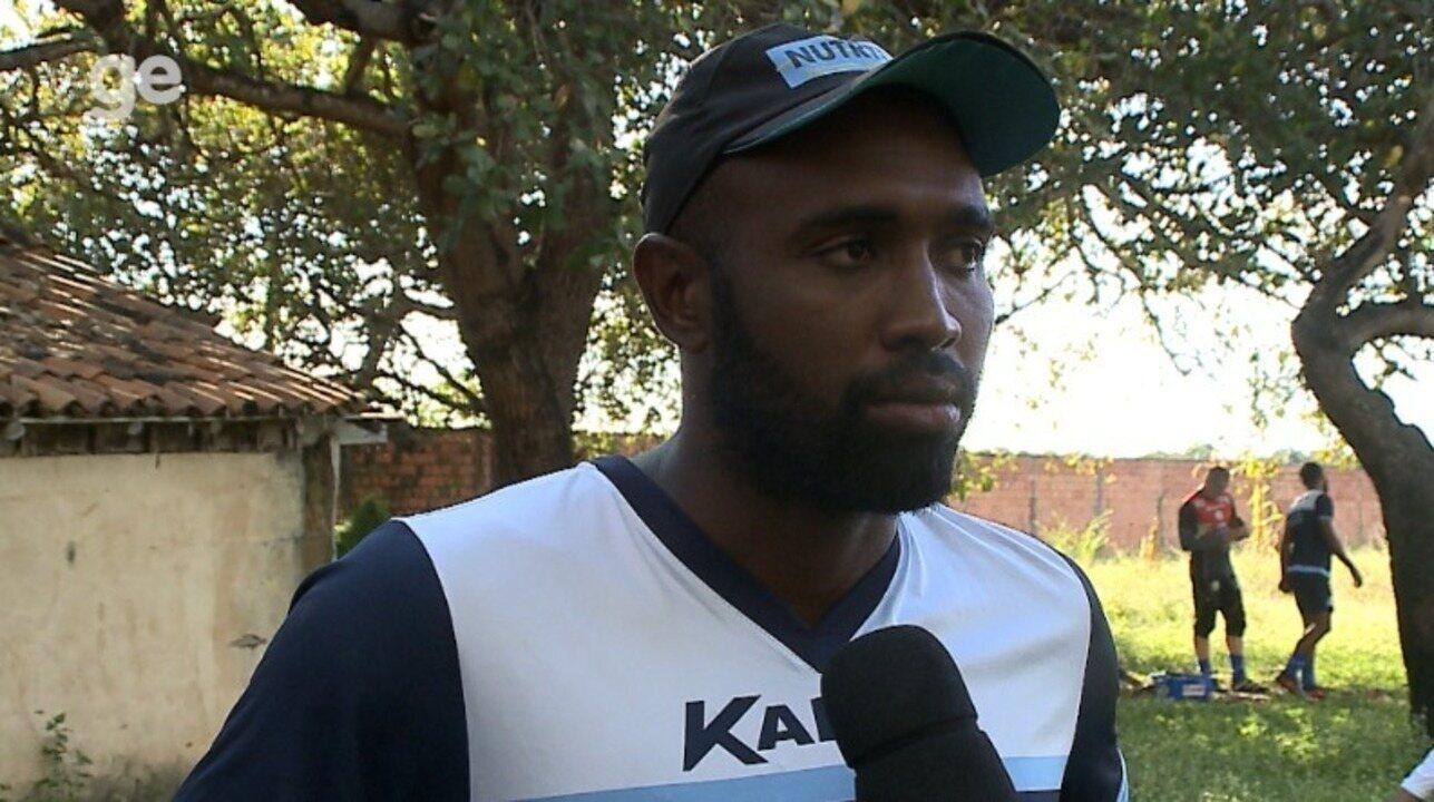 Zagueiro Leone fala sobre briga com Manoel
