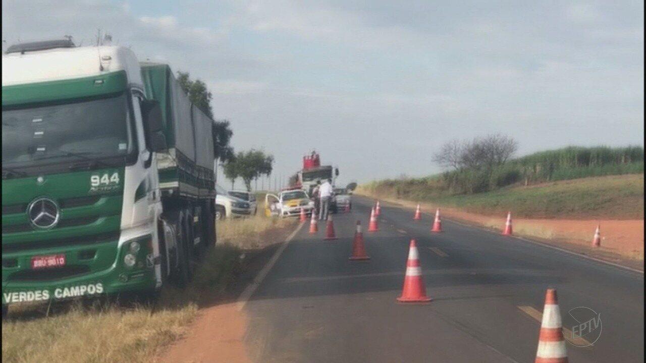 Caminhão tomba e fecha rodovia entre Bebedouro e Viradouro