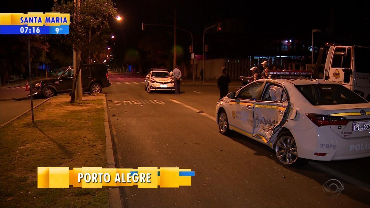 Motorista com carteira vencida bate em viatura da polícia em Porto Alegre