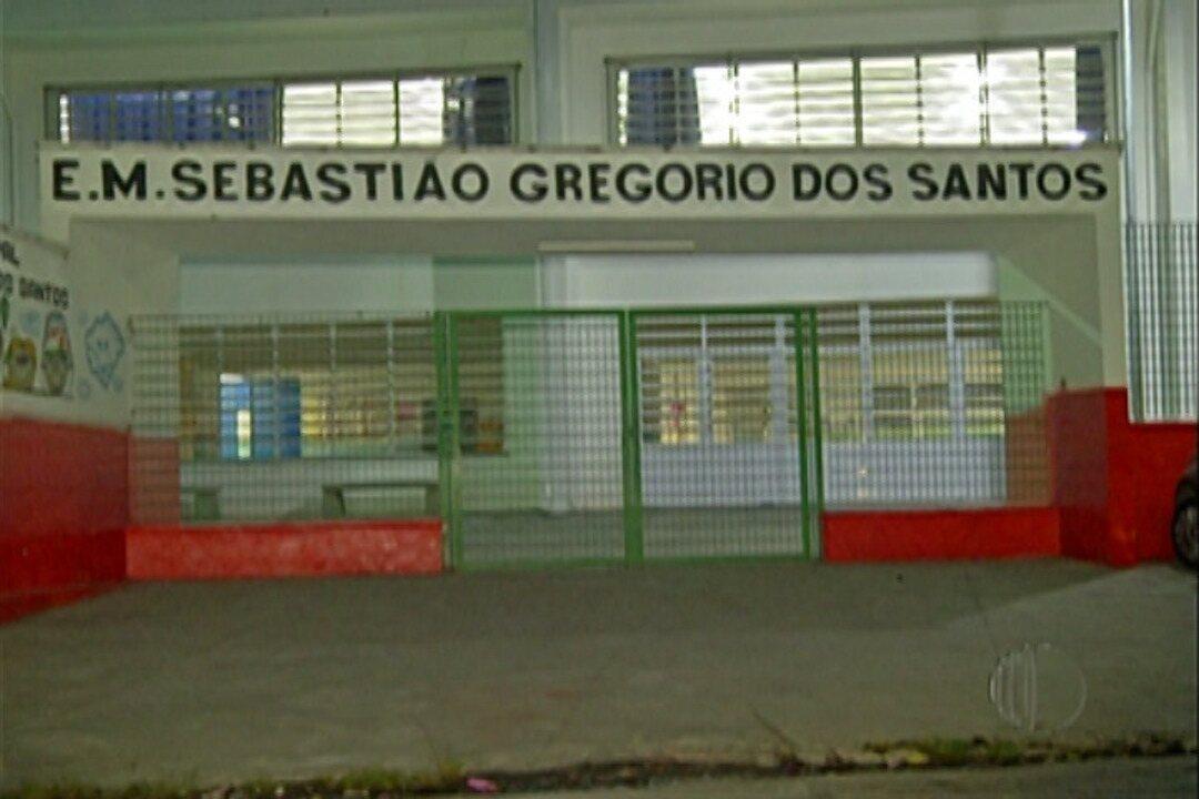 Escola não tem professores e pais assumem salas de aula em Itaquaquecetuba