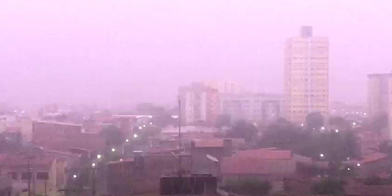 Fortaleza tem noite com chuva, raio e vento forte