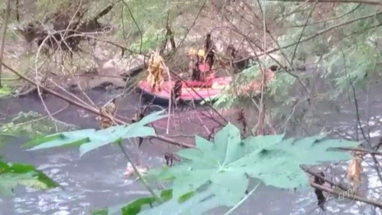 Homem se esconde em rio poluído para fugir da GM e mobiliza bombeiros, em Americana