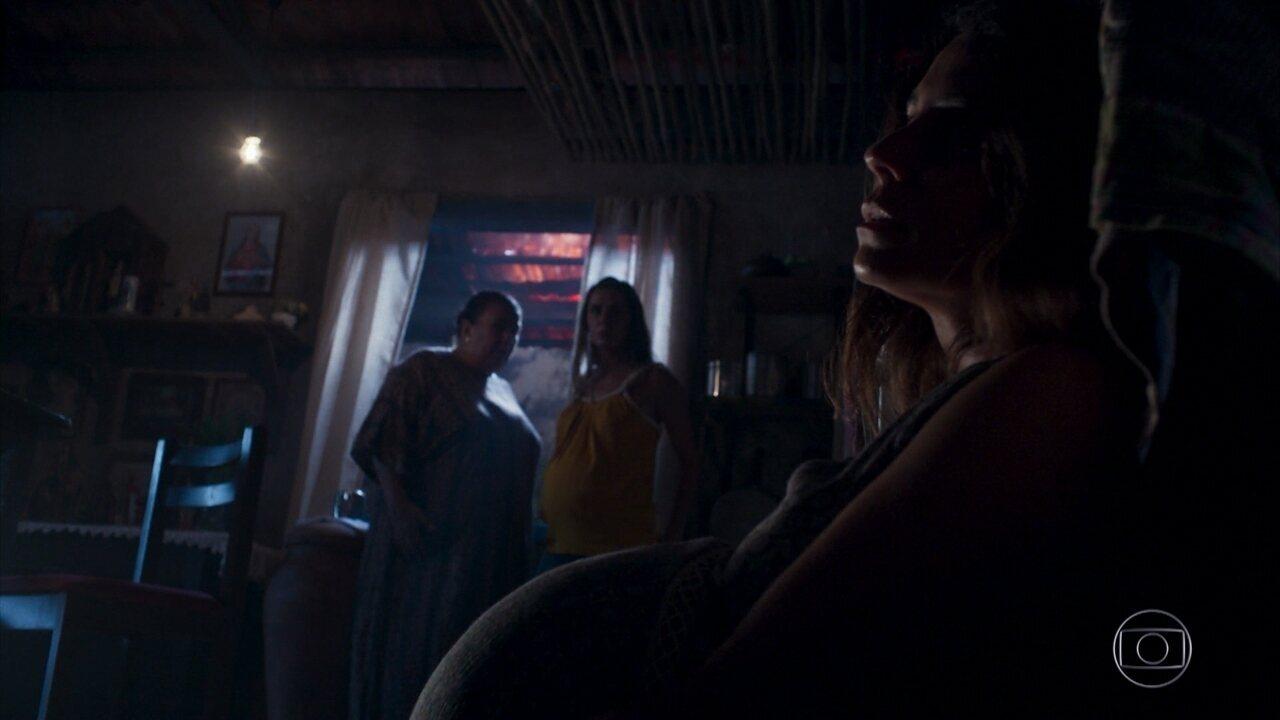 Luzia entra em trabalho de parto e Karola dá dinheiro a Januária