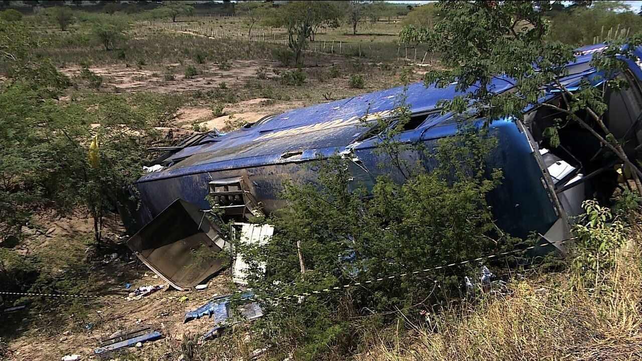 Duas pessoas morrem e 32 ficam feridas em acidente com ônibus de turismo