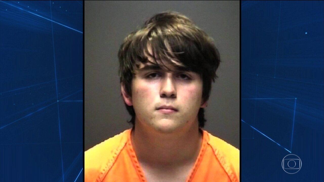 Jovem que abriu fogo numa escola do Texas e matou 10 se apresenta a juiz