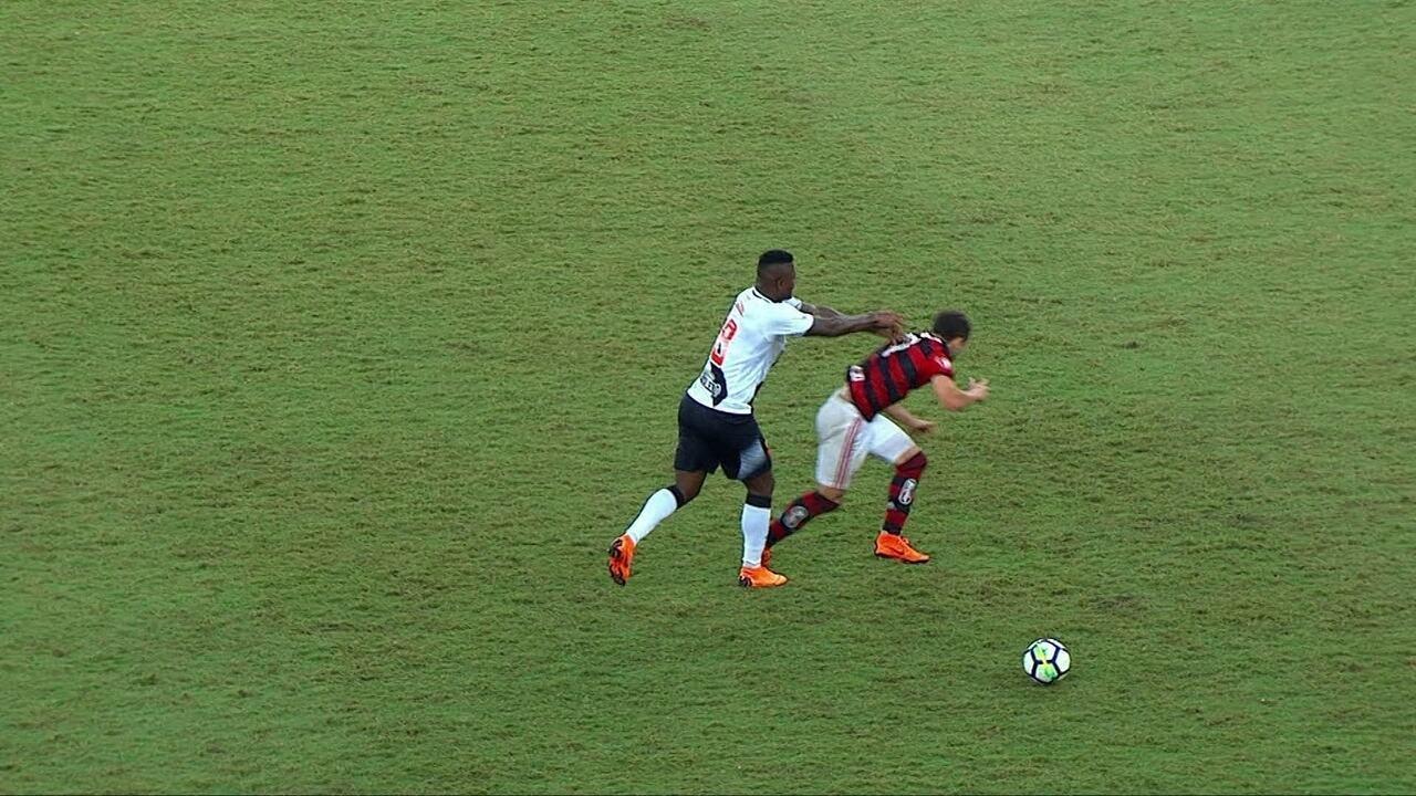 9a0ffc806c Confusão geral! Riascos empurra Éverton Ribeiro e jogadores saem na briga  com 47 do
