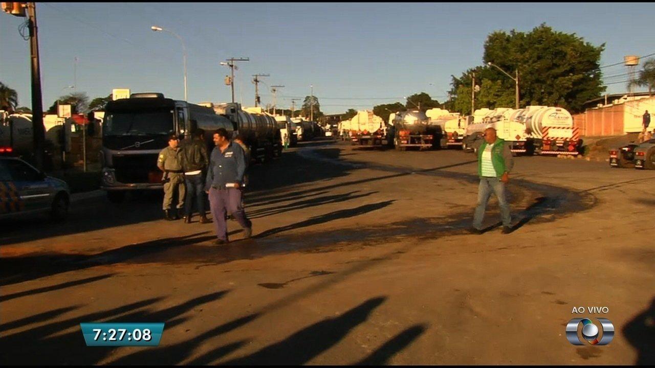 Caminhoneiros fecham distribuidoras de combustíveis pedindo piso do frete, em Goiás