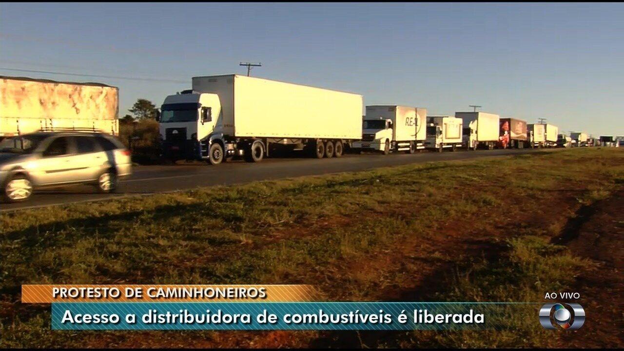 Pelo 3º dia seguido, caminhoneiros mantêm bloqueios em rodovias de Goiás