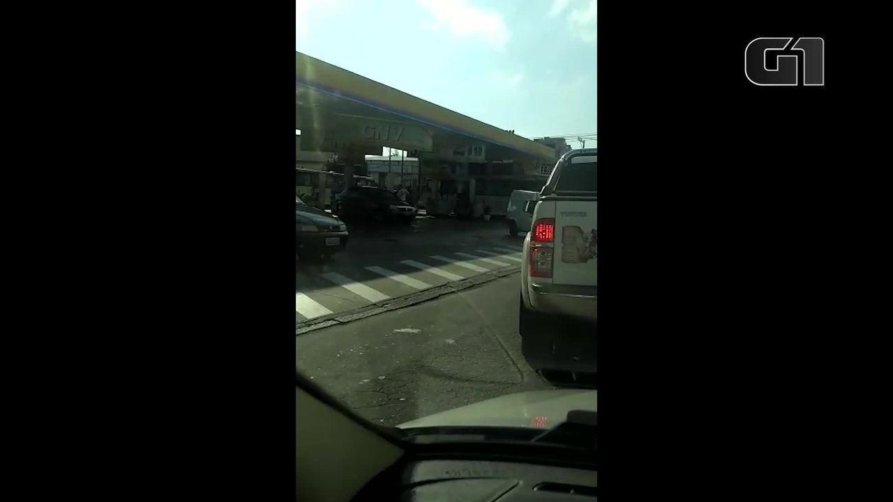 Ônibus fazem fila para abastecer em posto de combustível de Campo Grande, no Rio