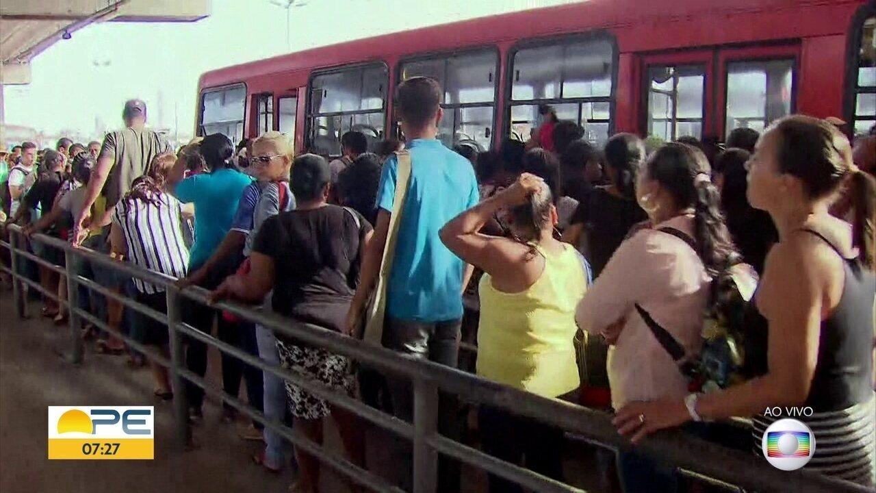 Com frota ainda mais reduzida, passageiros sentem dificuldade de pegar ônibus no Recife