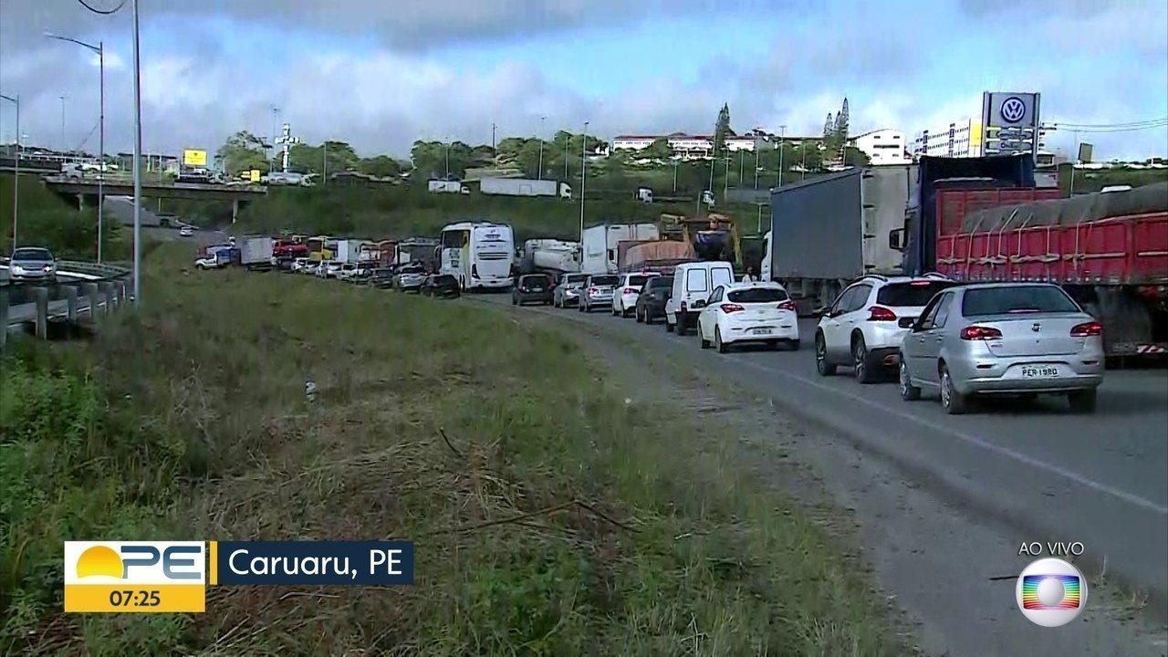 Protestos de caminhoneiros contra alta do diesel bloqueiam diversos pontos de Pernambuco