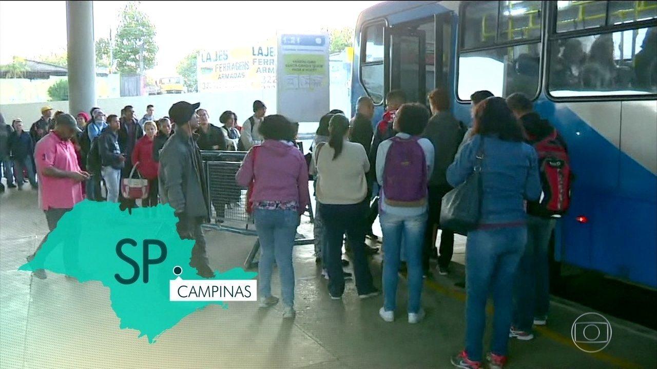 Passageiros enfrentam filas e ônibus lotados