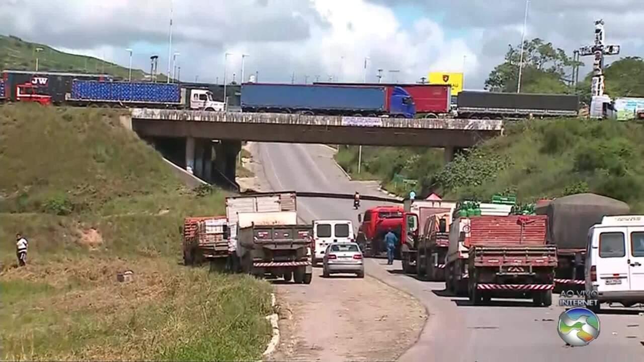 Paralisação de caminhoneiros chega ao 5º dia com interdições e falta de combustíveis