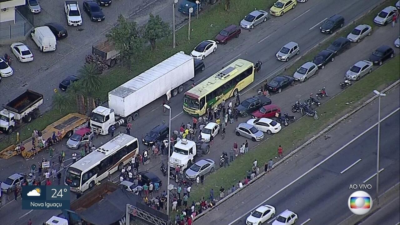 Protesto de caminhoneiros ocupa acostamento da Rodovia Washington Luís