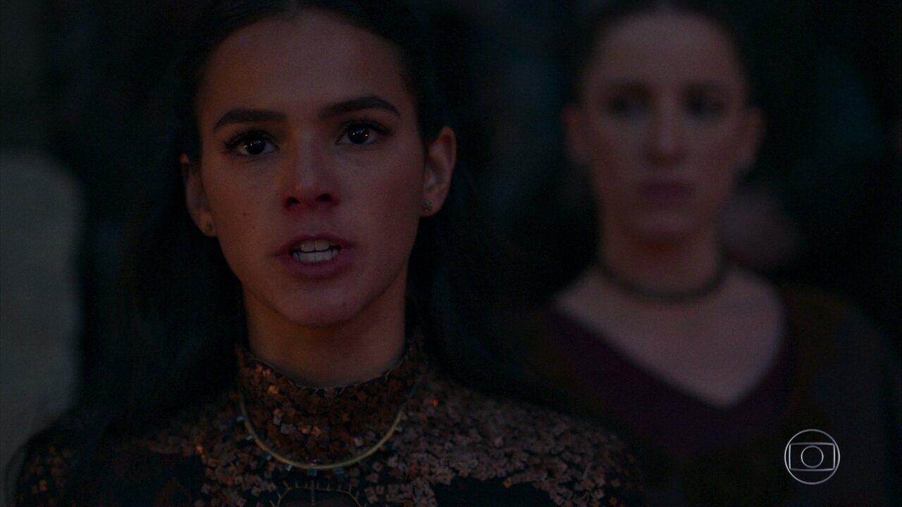 Catarina fica furiosa por Amália ter escapado da fogueira