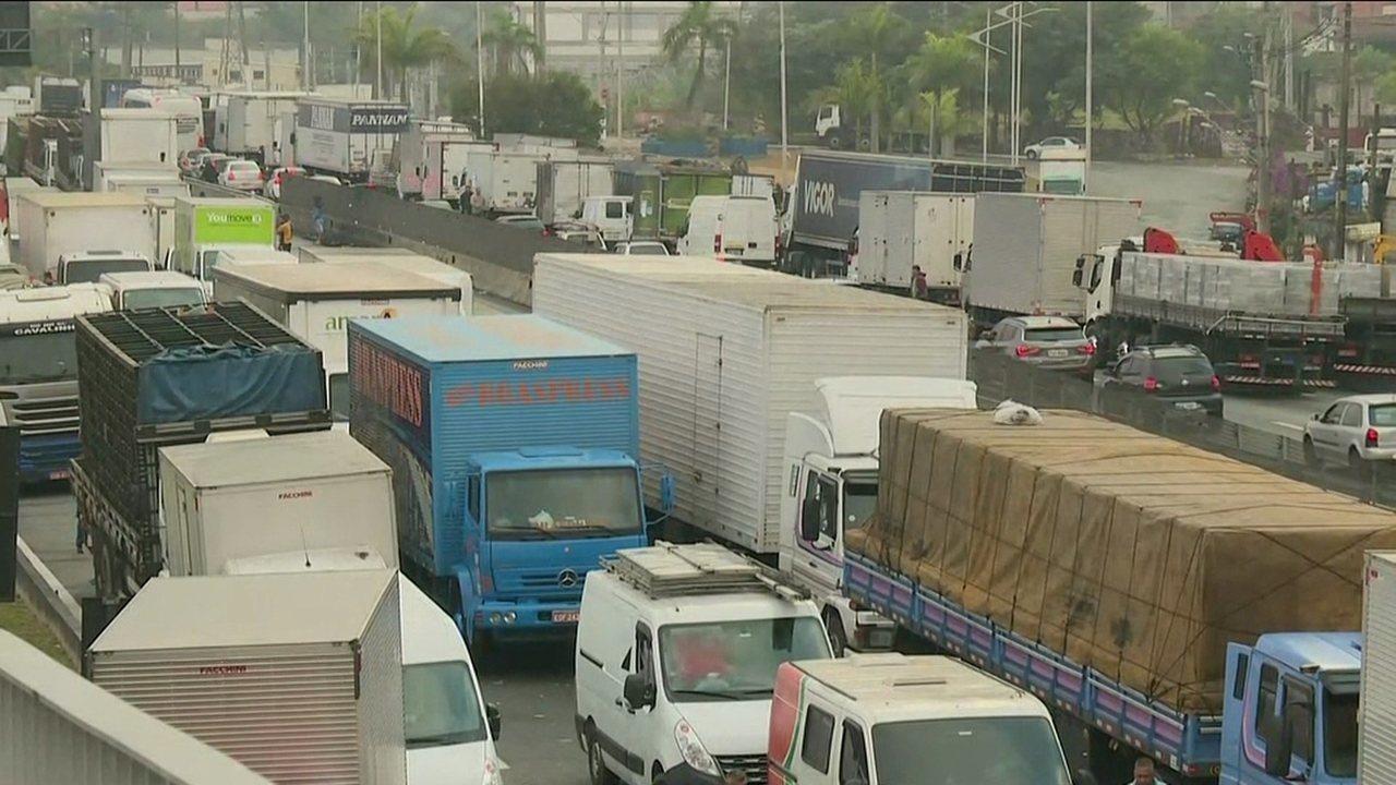 Caminhoneiros seguem nos acostamentos de rodovias de SP