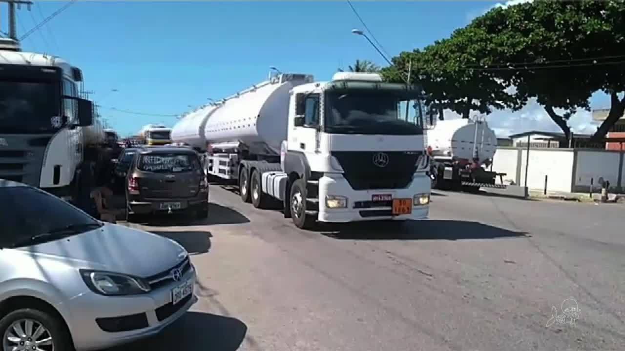 Caminhões com combustível saem escoltados do porto do Mucuripe