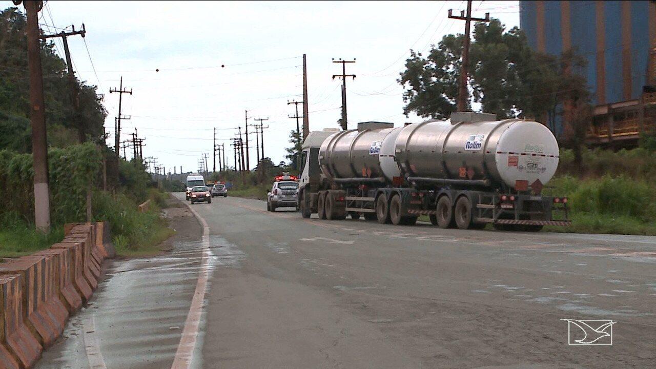 Caminhão com combustível é escoltado para aeroporto em São Luís