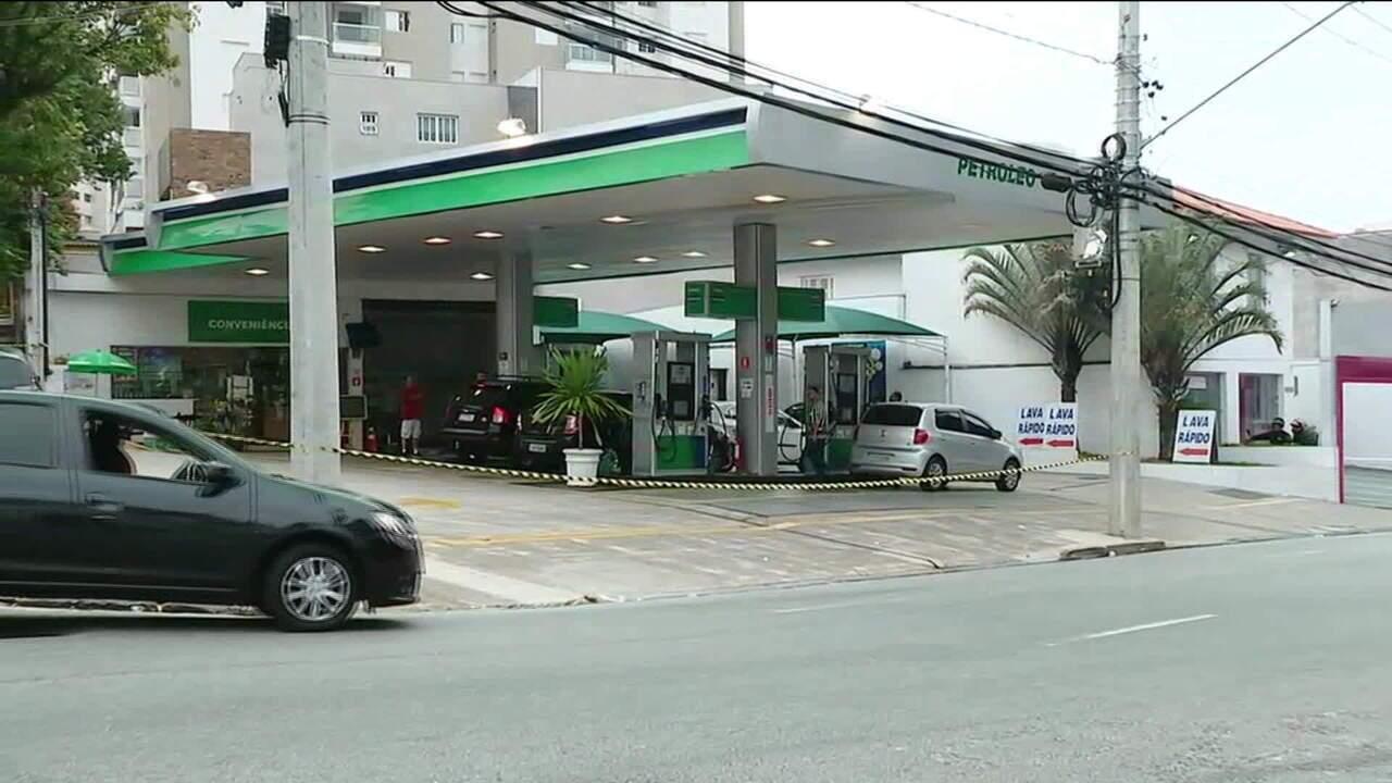 Motoristas fazem fila para tentar abastecer em posto de combustível