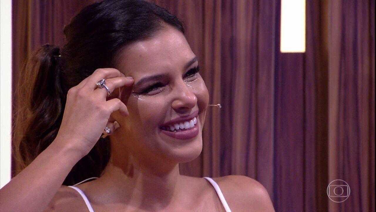 Mariana Rios não contém as lágrimas após homenagem de sua família
