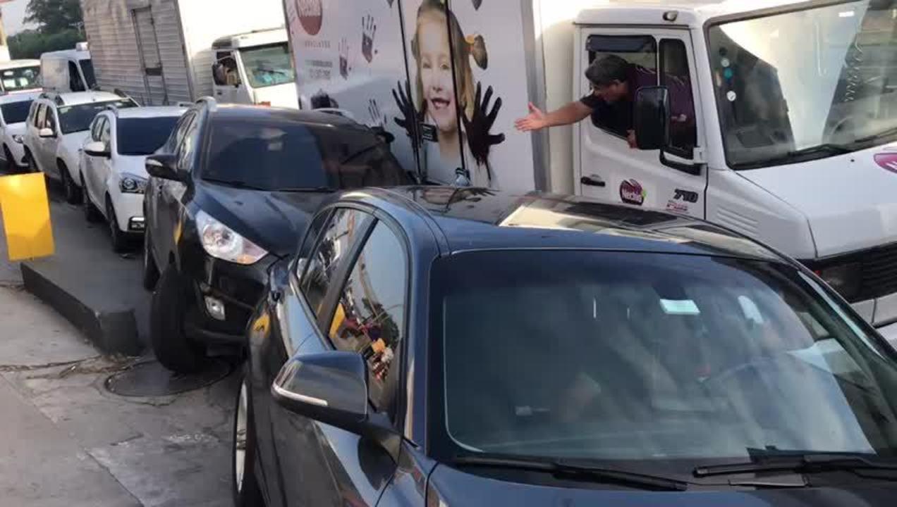 Motoristas formam enorme fila no primeiro posto a receber combustível no Rio