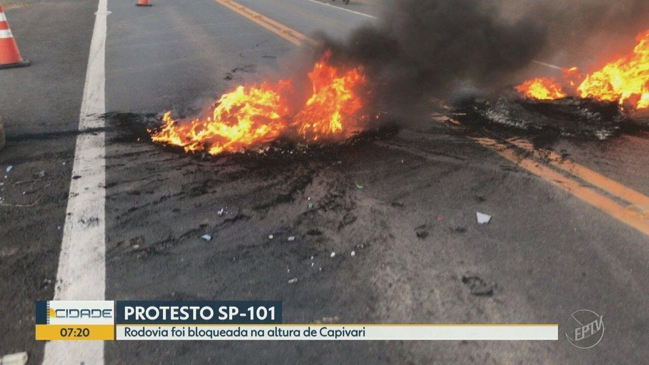 Manifestantes fazem protesto na Rodovia SP-101, em Capivari