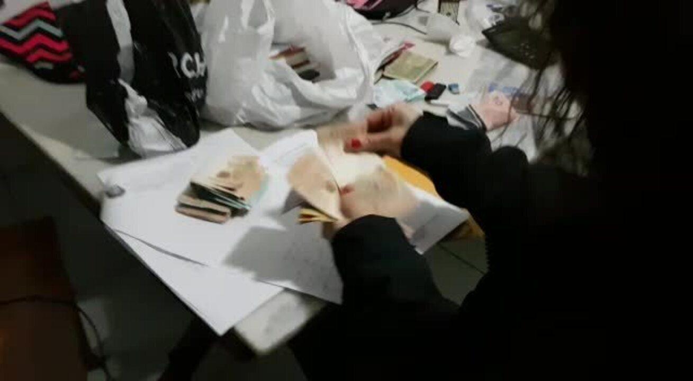 Polícia Civil do DF conta dinheiro apreendido com grupo de colombianos agiotas