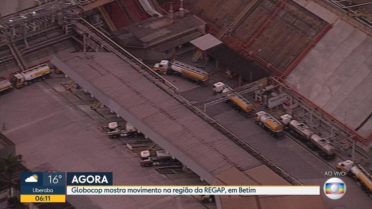 Comboio de caminhões-tanque aguarda escolta para deixar região da Regap