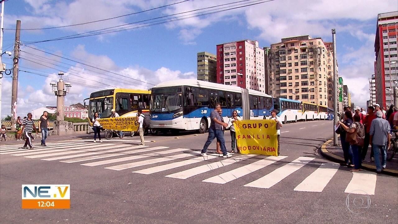 Motoristas de ônibus e BRT fazem ato contra demora do dissídio, no Centro do Recife